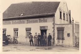 PHOTO ORIGINALE 39 / 45 WW2 WEHRMACHT ALLEMAGNE LIEPZIG SOLDATS ALLEMANDS DEVANT UN BISTROT DE CAMPAGNE - War, Military