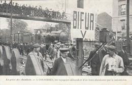 CPA (92)COLOMBES  La Grève Des Cheminots Voyageurs Descendant D'un Train Abandonné Par Le Mécanicien (2 Scans) - Grèves
