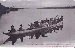 108  MADAGASCAR -PASSAGE D'UNE RIVIERE EN PIROGUE,EN ROUTE POUR TANANARIVE     CARTE ANIMEE  1906 - Madagaskar