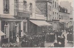 CPA Guingamp - Rue Notre-Dame - Jour De Foire Saint-Michel - Grand Hôtel De L'Ouest (très Belle Animation) - Guingamp
