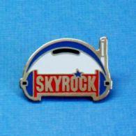 1 PIN'S //  ** SKYROCK ** - Medios De Comunicación