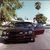 Photo Carrée Couleur Originale USA - Pin-Up Jane Pénétrant Dans Sa Chevrolet Camaro Z28 Noire En 1981 - Michigan - Automobiles