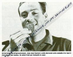 SKI : PHOTO (1960), JEAN VUARNET DEVIENT CHAMPION OLYMPIQUE DE DESCENTE A SQUAW VALLEY EMBRASSE SA MEDAILLE - Collections