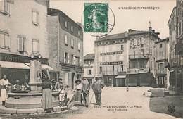 07 La Louvesc La Place Et La Fontaine Cpa Animée Hotel Paillet Au Lion D' Or - La Louvesc