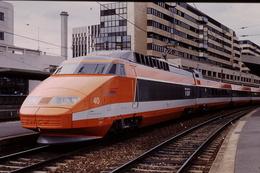 Photo Diapo Diapositive Slide Train Wagon Locomotive TGV Sud Est SNCF N°40 à Paris Lyon Le 03/07/1996 VOIR ZOOM - Dias