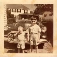 Photo Carrée Couleur Originale B.B. - USA - Deux Frères Devant La Buick Roadmaster De Papa En 1954 - Automobiles