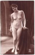 Carte Photo De Femme Nue Debout. - Nus Adultes (< 1960)