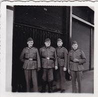 PHOTO ORIGINALE 39 / 45 WW2 FRANCE PARIS SOLDATS ALLEMANDS DEVANT UN MAGASIN - Guerre, Militaire