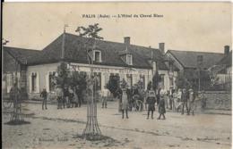 D10 - PALIS - L'HÔTEL  DU CHEVAL BLANC -Belle Animation Nombreuses Personnes Devant Le Café/Hôtel Grasset-Soyer - Other Municipalities