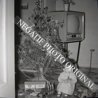 NEGATIF PHOTO Enfant Sapin De Noël Télévision TV Télé Cadeau Jouets Garage BP Energol Citroen DS 2CV Cliché Amateur - Personnes Anonymes