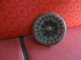 Fève Moule à Gâteau N°5  Série Moules à Gâteaux De Viennoiserie Paul Année 1998 - Fèves - Rare - Oude
