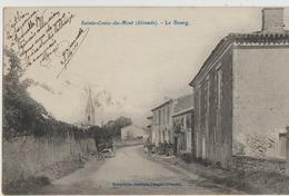 Sainte-Croix-du-Mont  33   Le Bourg Et Route Bien Animée Au Fond L'Eglise - Voir Timbrage Au Le Verso - France