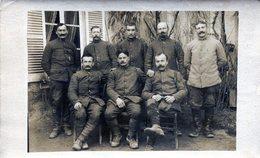 Carte Photo De Soldats Francais  Posant Pour  Photo A L'arrière Du Front En 1917 ( Noté A L'arrière ) - Guerre, Militaire