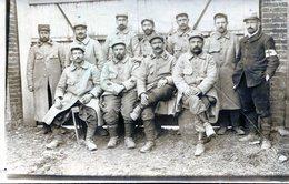 Carte Photo De Soldats Francais Al'arrière Du Front Avec Un Infirmier En 1915 ( Voir Scan Arrière ) - Guerre, Militaire