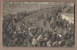 CPA PHOTO GUERRE 14-18 Arrivée Prisonniers Français à Landshut En 1915 2ème Compagnie , 4ème Section TB PLAN POILUS - Landshut