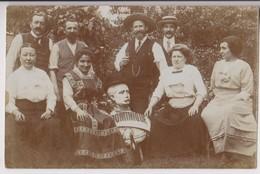 """CARTE PHOTO HUMORISTIQUE : PHOTO D'AMIS AVEC UN CULBUTO """"DOMINIQUE"""" - CACHET POSTE RUE DE LOURMEL PARIS 1912 -z R/V Z-- - Te Identificeren"""