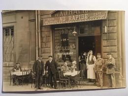 """Carte Photo, Devanture Animée Café Restaurant """"Au Rapide"""" Belle Vitrine,enseigne, Devant Garçon De Café, Clients Métiers - Cafés"""