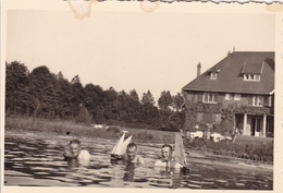 PHOTO ORIGINALE 39 / 45 WW2 WEHRMACHT FRANCE BAPAUME SOLDATS ALLEMANDS BAIGNADE DANS LE BASSIN DE LA VILLA - Guerra, Militari