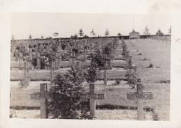 PHOTO ORIGINALE 39 / 45 WW2 WEHRMACHT FRANCE SOMME UN CIMETIERE MILITAIRE DE 14 / 18 - Guerra, Militares