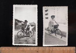 X2 Photographie Photo Scène De Vie Femmes Femme 1943 1944 Cycle Cycliste Cyclisme Vélo Bicycle Woman - Ciclismo