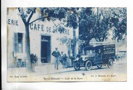 ALGERIE - BORJD-MENAIEL - Café De La Gare - Voiture Ancienne. Carte RARE De Couleur Bleue. - Algeria