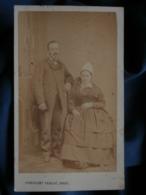 Photo CDV Constant Peigné à Nantes - Second Empire, Couple, Jeune Femme Avec Coiffe Régionale, Folklore, Circa 1865 L481 - Anciennes (Av. 1900)