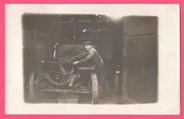 Cp Photo - Mécanicien Dans Son Garage - Homme Réparant Une Voiture - Lieu à Identifier - Te Identificeren
