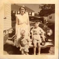 Photo Carrée Couleur Originale B.B. USA - Famille Devant Sa Buick Roadmaster Riviera Coupe De 1951en 1954 - Automobiles