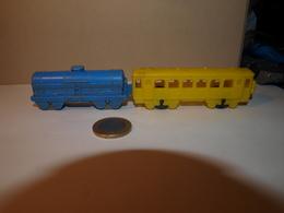 2 Wagons Longueur Bleu Environ 7 Cm, Jaune 9 Cm Plastique Années 60 Sur Le Jaune Inscription PRIMO - Jugetes Antiguos