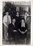 Photo Originale Famille Posant Devant Son Sapin De Noël En 1946 - Anonyme Personen