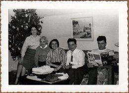 Photo Originale Famille Américaine De Toledo Ville Dans L'Ohio Posant Sur Canapé & Sapin De Noël En 1954 - Anonyme Personen