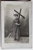 Carte Photo Jeune Enfant Avec Couronne D'épines Et Grande Croix Religion - Te Identificeren