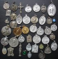 Joli Lot De 42 Médailles Religieuses, Différents Métaux, Différentes époques... - Religion & Esotérisme