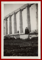 B-8739879 SOUNION Greece 1950s. Couple In The Temple Of Poseidon. Photo - Anonieme Personen