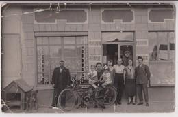 """CARTE PHOTO EN L'ETAT (PLIS & DECHIRURES) : MOTO MARQUE """" MOTOBECANE """" - MAGASIN (PARFUMERIE - BIJOUTERIE -OU ?-z R/V Z- - Postcards"""