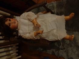 1 Poupée Ums 301 Hauteur 61 Cm  Vendu  Sans La Chaise Robe Blanche Plus Landeau Osier A Restaurer - Other Collections