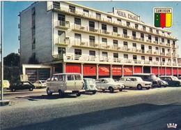 AFRIQUE. CAMEROUN. DOUALA. AKWA PALACE. VOITURES EN STATIONNEMENT.  ANNÉES 70. - Kamerun