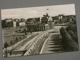 CARTE PHOTO. BERLIN . MUR DE BERLIN. PORTE DE BRANDEBOURG VUE DE L'ANCIEN REICHSTAG. - Muro Di Berlino