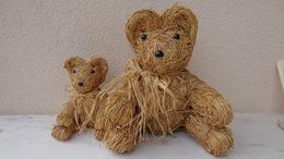 Jouet; Ours En Paille ;1 Petit Et Un Grand Format ;hauteur 19 Cm Et 32 Cm - Teddybären