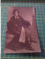 150230 Antica Foto Cartolina Contorni Tagliati  Donna Seduta - Foto