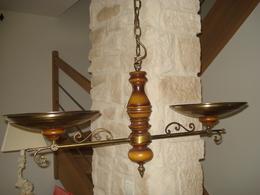 LUSTRE AVEC 2 LAMPES HALLOGÈNES, MATIÉRE BOIS & LAITON VERNIS, GENRE LAMPE DE BILLARD - SUP - Luminaires
