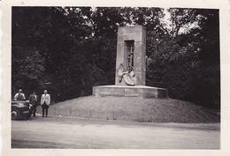 PHOTO ORIGINALE 39 / 45 WW2 WEHRMACHT FRANCE COMPIEGNE SOLDATS DEVANT LE MONUMENT DE LA PAIX - Guerra, Militari