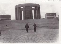 PHOTO ORIGINALE 39 / 45 WW2 WEHRMACHT FRANCE SAINT MIHIEL LES SOLDATS ALLEMANDS DEVANT LE MÉMORIAL AMÉRICAIN DE MONT SEC - Guerra, Militares
