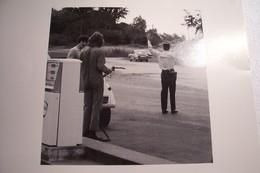 """HUMOUR  -STATION  ESSENCE  """" FINA""""  - AUTOMOBILE - DIANE- GENDARME  - PHOTOGRAPHIE- ( Pas De Reflet Sur L'original ) - Foto"""