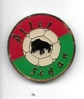 Pin's  Ville, Sport   Foot - Ball  ALLEZ  SEDAN  ( 08 ) Avec Un Animal  SANGLIER - Football