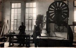 Carte Photo Originale Menuisiers Dans Leur Atelier Avec Outillage Et Scie à Bois Mécanique Vers 1910/20 - Chaprentiers ? - Métiers