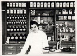 Photo Originale Pharmacienne Ou Laborantine Dans Sa Pharmacie D'Officine & Ses Nombreux Flacons Vers 1930/40 - Métiers