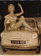 Photo Originale De Presse Pin Up Maillot Mode Miss Automobile Vespa 400 Photographie Keystone - Pin-up