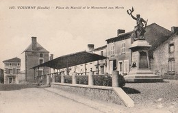 VOUVANT. - Place Du Marché Et Monument Aux Morts. Carte Pas Courante - France