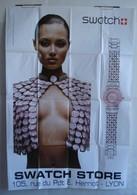 Affiche Publicitaire Abribus - Montre Swatch - Store - Jeune Femme Portant Un Bustier Avec Des Montres Swatch. - Other